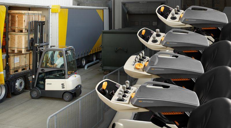 Crown incorpora el reposabrazos D4 Armrest en todas sus carretillas elevadoras contrapesadas de conductor sentado